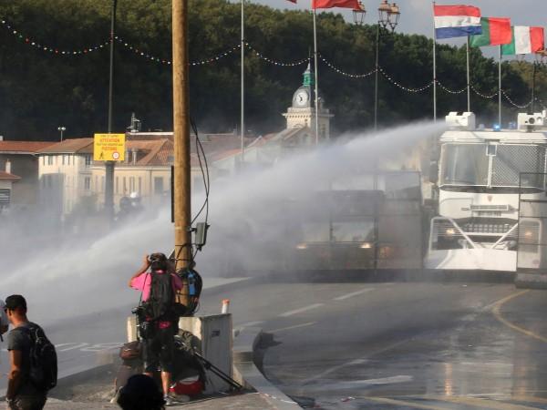 Френската полиция използва водно оръдие срещу 400 антиглобалисти и антикапиталисти,