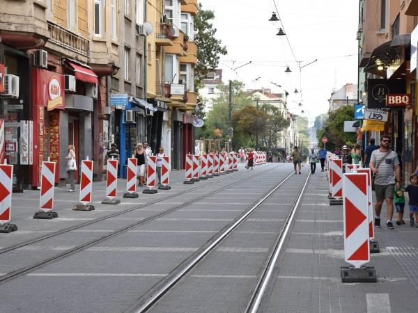 Демонтажът и подменянето на ограничителите на трамвайната линия по улица
