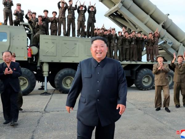 Севернокорейският лидер Ким Чен Ун наблюдава изпитанията на разработена неотдавна