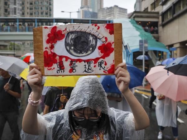 Полицията в Хонконг използва водно оръдие и сълзотворен газ срещу