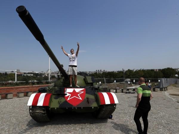 Съветски танк Т-55 бе паркиран пред стадиона на Цървена звезда