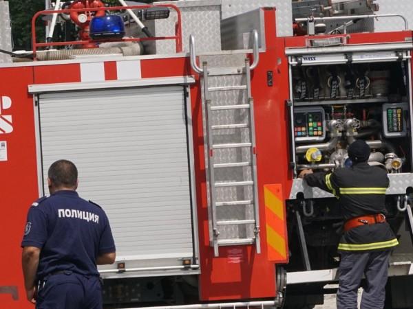 Двама души пострадаха при пожар в жилищна сграда в Благоевград,
