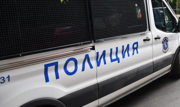 Мъж нападна полицай след забележка за силна музика