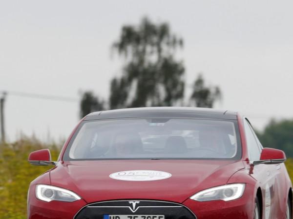 Няколко собственици на електромобили Tesla разказаха в Twitter аналогични история