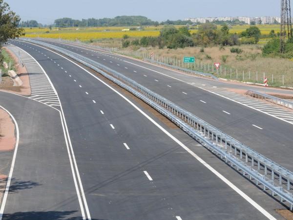 Днес в пиковите часове по автомагистралите ще бъде спряно движението