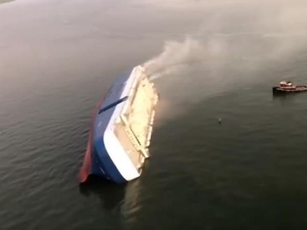 Товарен кораб се преобърна край бреговете на американския щат Джорджия.