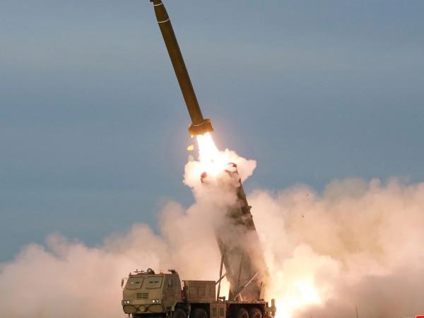 """Северна Корея изстреля """"два неидентифицирани снаряда"""" към морето, съобщи южнокорейската"""