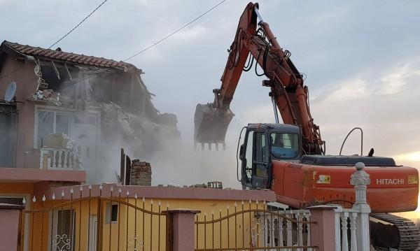 Събарят 38 незаконни постройки в ромската махала на Варна