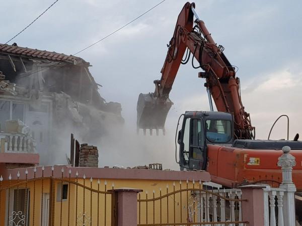"""38 незаконни постройки се събарят в ромската махала """"Максуда"""" във"""