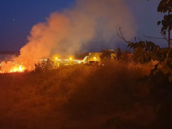 Голям пожар гори над град Котел. Близо 100 пожарникари и