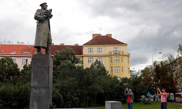 Прага мести паметник на съветски маршал