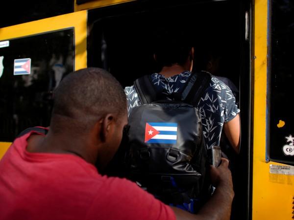 Вчера Хавана се събуди с дълги опашки на автобусните спирки