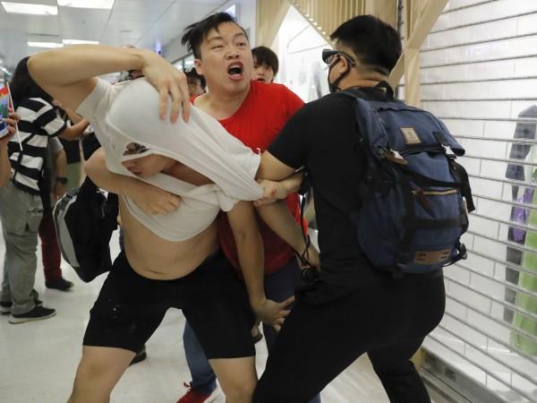 Поддръжници на протестите за демократични реформи в Хонконг влязоха в