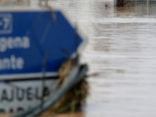 Най-малко шестима души загинаха вследствие на наводненията, причинени от започналите