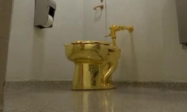 """Спипаха възрастен мъж за кражбата на златната WC """"Америка"""""""
