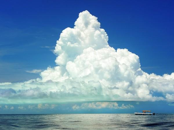 Колко тежи един обикновен и красив бял облак, летящ спокойно