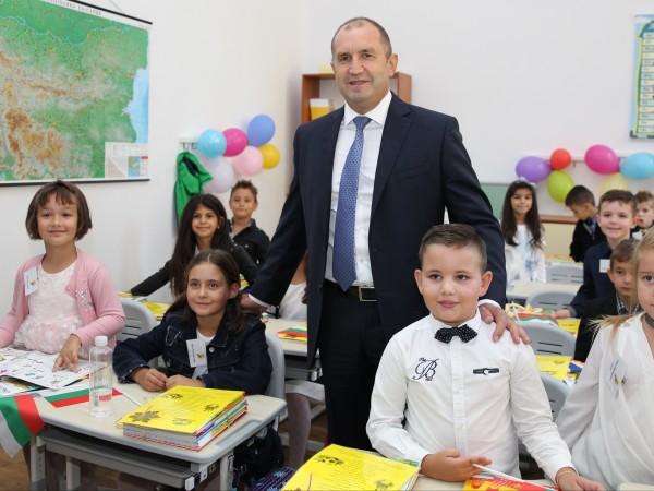Българското училище не е само храм на знанието, а и