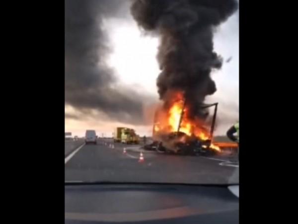 """Ремарке на камион се запали в движение на магистрала """"Тракия"""".Инцидентът"""