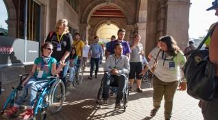 Кандидат-кметове седнаха в инвалидни колички в София