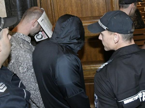 Двама от хулиганите, които участваха в погрома в столичния бар