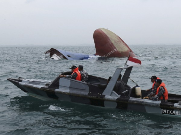 Снимка: Туристически кораб се обърна, шест души загинаха
