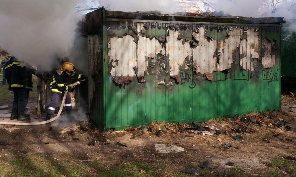 Пожар погуби жена, живееща във фургон на село