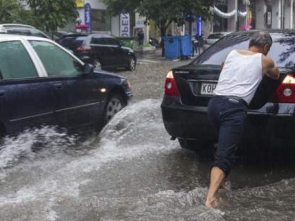 Улиците на Солун са под вода, а десетки сгради бяха