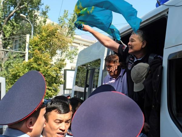Полицията в Казахстан задържа десетки участници в най-новата вълна от