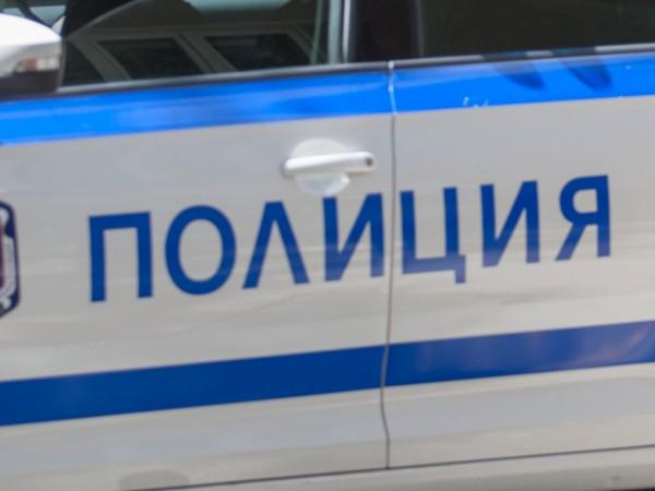 Трима души са ранени при удар на кола в стълб