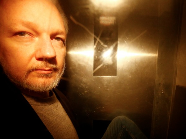 Джулиан Асандж е бил следен от американските разузнавателни служби чрез