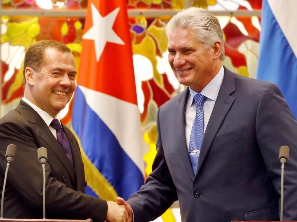 Руският премиер Дмитрий Медведев обеща на Куба, че винаги може