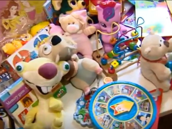"""Кампанията """"Подари приказка"""" събира книжки и играчки за социално слаби"""