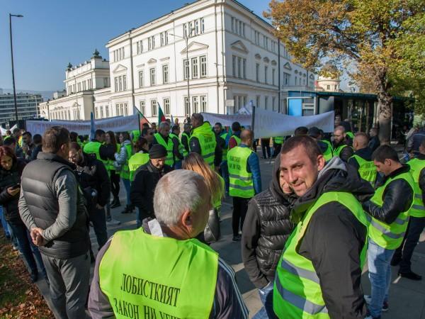 Търговци на горива се събраха на мълчалив протест пред парламента.