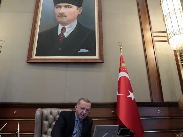 Турските войски удариха почти 200 обекта в Сирия и продължават