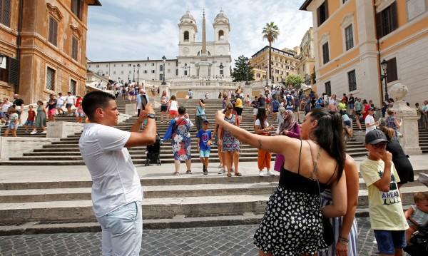 Голи, пияни, селфита... Туристите срещу местните – сблъсъкът е неизбежен!