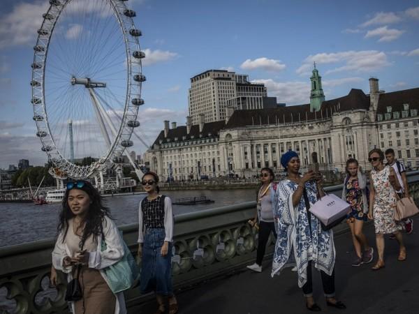 Икономиката на Великобритания неочаквано се сви през август на фона