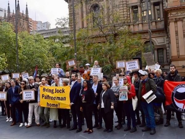 Десетки австралийци се събраха на протест пред сградата на кметството