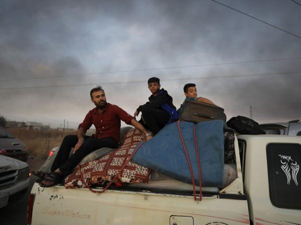 Отново десетки хиляди сирийци бягат, повтаряйки кошмара с набързо стегнат