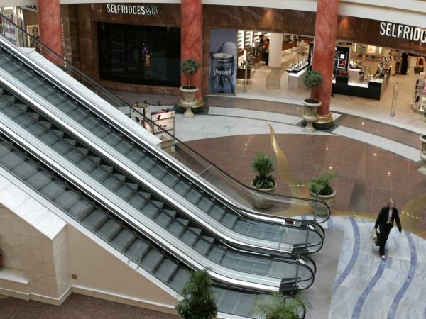 Посетителите на мол в Манчестър бяха евакуирани, след като множество