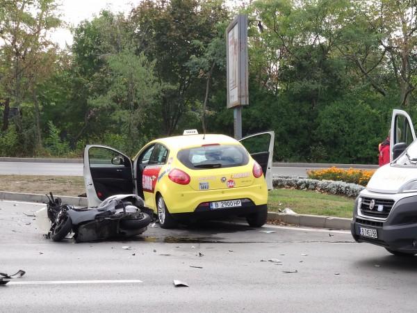 Един човек загина при тежка катастрофа между таксиметрова кола и