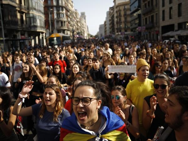 Протестиращи блокираха днес пет регионални пътни артерии в Каталуния, съобщиха