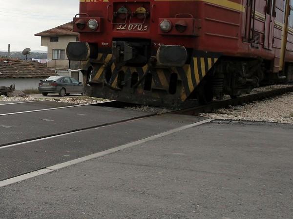 Влак удари автомобил на прелеза в софийското село Кубратово, съобщи