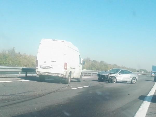 """Кола и микробус се удариха на магистрала """"Тракия"""" в посока"""