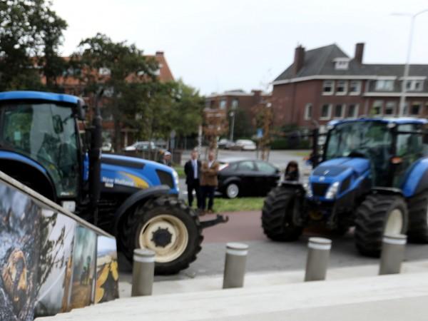 Хиляди холандски фермери излязоха днес с трактори по магистралите, предизвиквайки