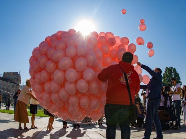 1200 розови балона полетяха в небето над Националния дворец на