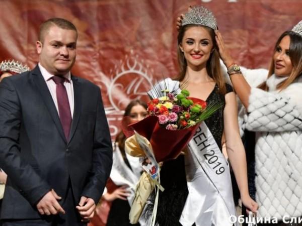 18-годишната Симона Рачева беше избрана за Мис Сливен 2019. Церемонията
