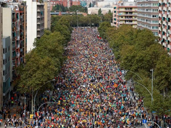 Стотици хиляди хора се включиха в протестни шествия в Каталуния