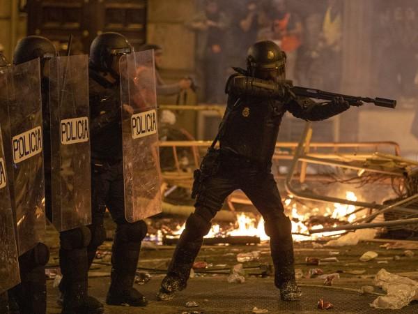 Полицията в Барселона използва водни оръдия снощи в петия пореден