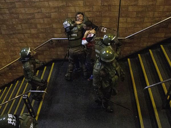 Президентът на Чили Себастиан Пинера обяви извънредно положение след вчерашните
