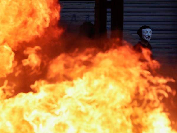 Трима души загинаха миналата нощ в Сантяго при пожар, избухнал
